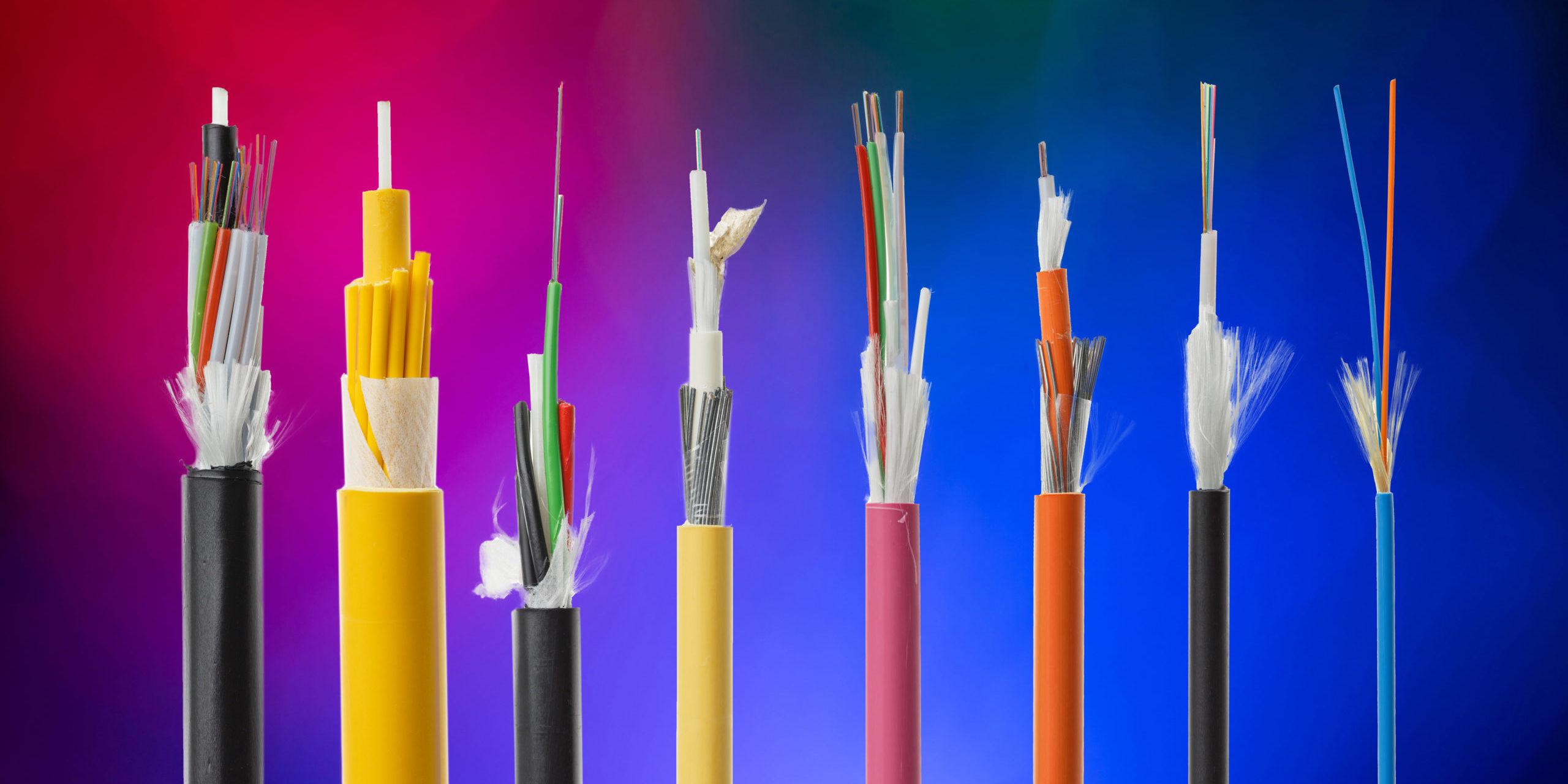 Glasfaserkabel offen in verschiedenen Farb- und Größenvariatoonen