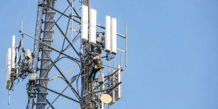 5G-Strommast vor blauem Himmel
